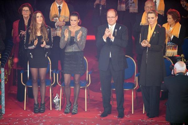 Церемония закрытия  крупнейшего в мире фестиваля циркового искусства в Монте-Карло. Принцесса Стефания и её дочка Паулина и принц Алберт Второй.  Фото:  Pool - Getty Images