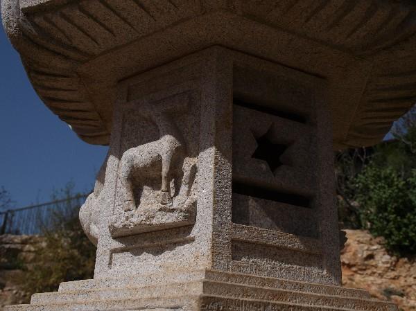 С Таней Шимель по ботаническому Иерусалиму. Фонарь. Фото: Hava Tor. Великая Эпоха (The Epoch Times)