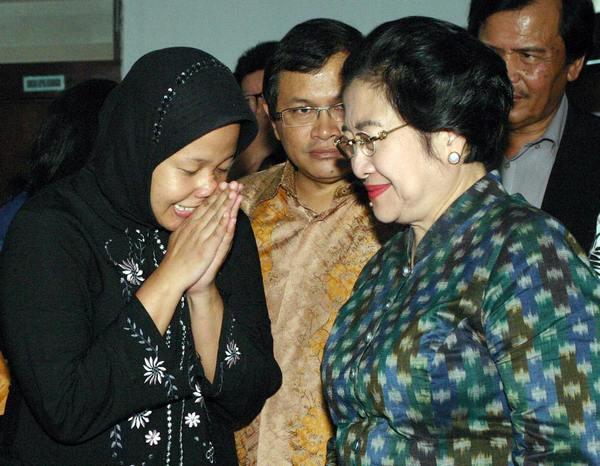 Бывший президент  нанесла общественный тюремный визит, вскоре после которого Прита Мульясэри  была выпущена. Фото: STR/AFP/Getty Images