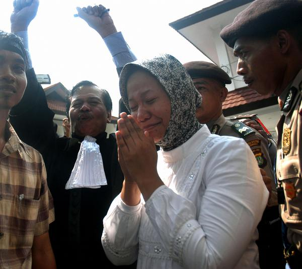 Прита со слезами встретилась со своими друзьями и близкими после выхода из тюрьмы, взывая к справедливости. Фото: STR/AFP/Getty Images