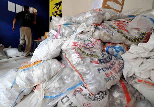 После того, как Приты Мульясэри  присудили заплатить штраф, было собрано  204 миллионов рупий (21 400 USD). Фото: ADEK BERRY/AFP/Getty Images
