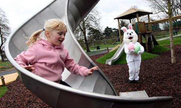Дети играют с пасхальным кроликом в королевских садах Кью в Лондоне. Фоторепортаж. Фото: Dan Kitwood/Getty Images