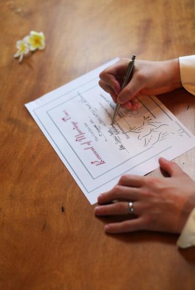 Свадьба Марка и Дениз на острове Hayman: 81-я свадьба пары за 12-ти месячный медовый период. Фоторепоптаж. Фото: Mark Metcalfe/Getty Images