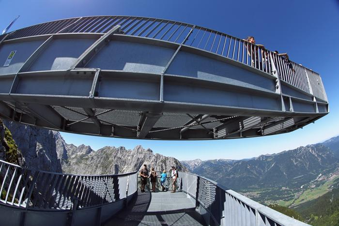Туристы на смотровой площадке Alpspix в германских  Альпах. Фоторепортаж. Фото: Johannes Simon/Getty Images