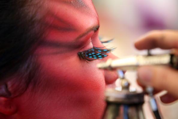 Художники  нательных рисунков  и модели готовятся к Карнавалу Боди-арт в Юмунди, Австралия 15 мая 2010. Фоторепортаж. Фото: Bradley Kanaris/Getty Images