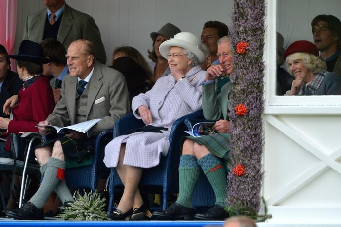 Королева Елизавета II принц Филипп, герцог Эдинбургский, принц Чарльз, принц Уэльский,  Камилла на традиционных Шотландских играх Highland Games. Фоторепортаж.  Фото: Jeff J Mitchell/Getty Images