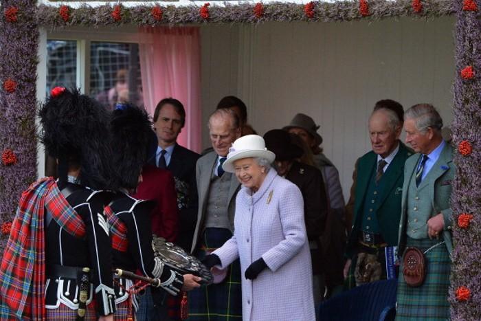 Королева Елизавета II принц Филипп, герцог Эдинбургский, принц Чарльз, принц Уэльский, на традиционных Шотландских играх Highland Games. Фоторепортаж.  Фото: Jeff J Mitchell/Getty Images