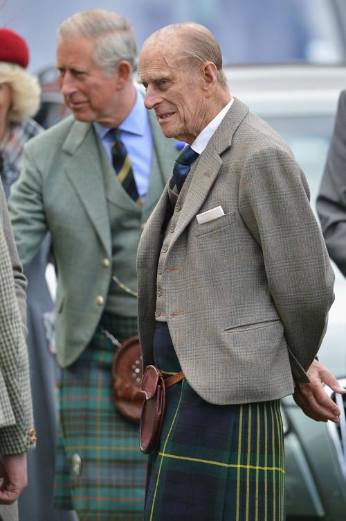 Принц Филипп, герцог Эдинбургский, принц Чарльз, принц Уэльский, на традиционных Шотландских играх Highland Games. Фоторепортаж.  Фото: Jeff J Mitchell/Getty Images