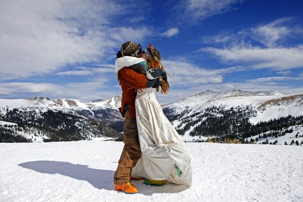 В День святого Валентина в горнолыжном курорте Лавленд Скай Эриа обвенчались 75 пар. Фото: Marc Piscotty/Getty Images