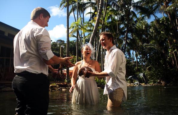 Свадебный рекорд за 12-месячный медовый период пытаются побить молодожены Марк и Дениз Даффилд-Томас. Фото: Mark Metcalfe/Getty Images