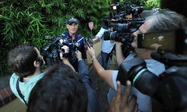 За За Габор  - звезда «Мулен руж», на грани жизни и смерти. Муж За Зы Габор – принц Федерик фон Анхальт около своей виллы 11августа  2010 отвечает на вопросы журналистов. Фоторепортаж. Фото: MARK RALSTON/AFP/Getty Images