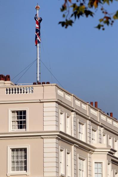 В честь объявления о свадьбе принца Уильяма и Кейт Миддлтон над Кларенс-Хаусом, резиденцией принцев Уильяма и Гарри, был поднят государственный флаг Объединенного Королевства. Фото: Oli Scarff/Getty Images