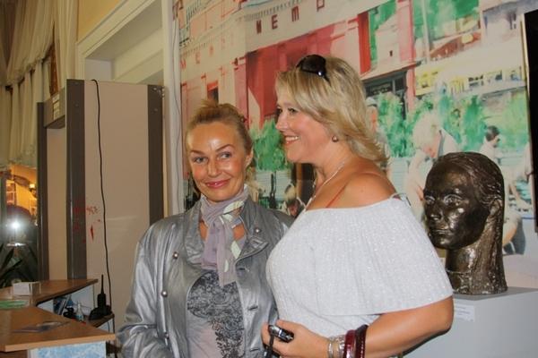 Наталья Андрейченко рядом со своим скульптурным  портретом работы Григория Потоцкого. Фото: Ульяна КИМ. Великая Эпоха (The Epoch Times)