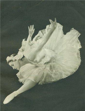 Майя  Плисецкая танцует танец «Умирающий лебедь». Фото с сайта liveinternet.ru