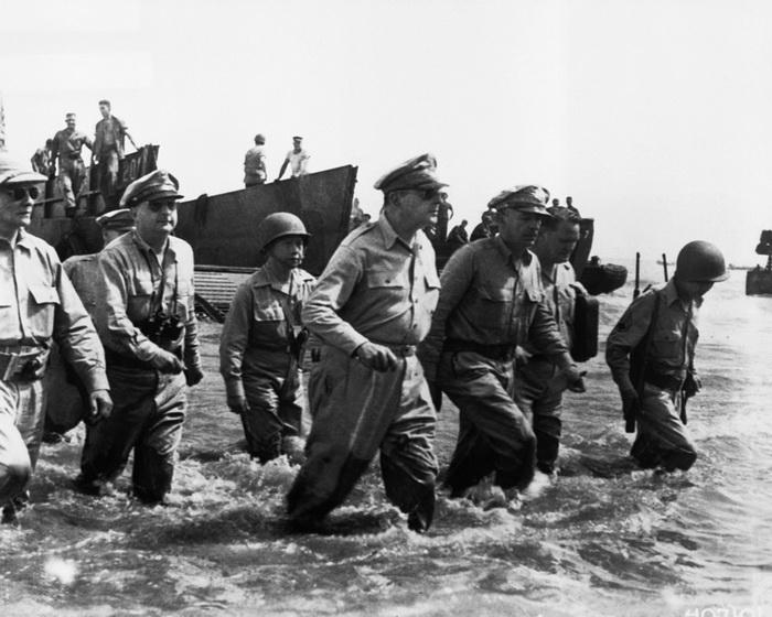 На фото генерал Мак-Артур (в центре) во время высадки в Лейте.. Фото: luxfon.com
