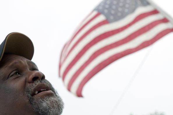 Новый Орлеан спустя пять лет после урагана «Катрина». Тогда и теперь. Роберт Грин Сэр сидит на территории, где раньше  стоял его дом, а теперь рядом построен новый. Фоторепортаж. Фото: ROD LAMKEY JR/AFP/Getty Images