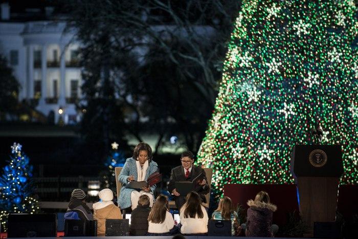 Барак Обама, его жена Мишель и дочки Саша и Малия на Ellipse рядом с Белым домом на мероприятии в честь зажжения Рождественских огней. Фоторепортаж. Фото: SAUL LOEB/AFP/Getty Images