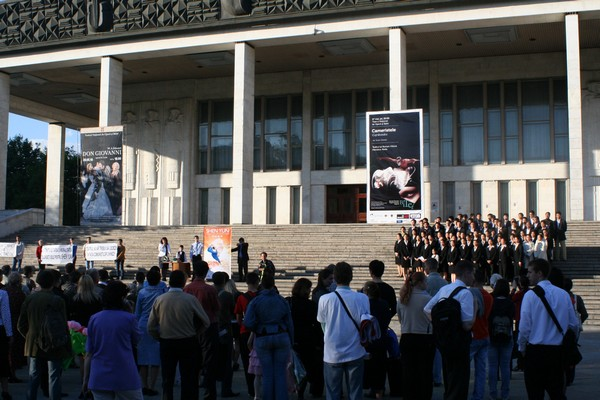 Пресс-конференция прошла под открытым небом у входа в театр Оперы и балета города Кишинева 25 маяФото: Великая Эпоха (The Epoch Times)