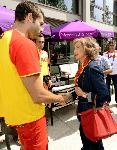 Королева Испании София пообщалась с  испанскими спортсменами Марио Гарсиа Родригесом и Хавьером Гарсия Гадеа. Фоторепортаж. Фото: Pascal Le Segretain/Getty Images