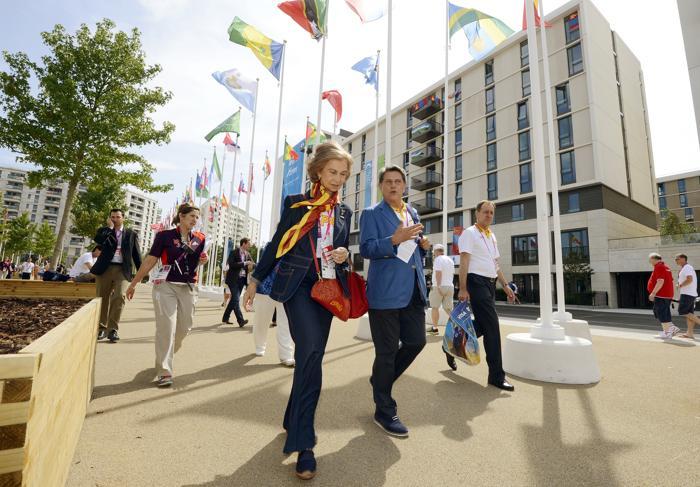 Королева Испании София с испанским послом  в Великобритании Федерико Трилло совершила короткое турне  по олимпийской деревне в Стратфорде, где она встретилась с некоторыми испанскими спортсменами. Фоторепортаж. Фото: Pascal Le Segretain/Getty Images