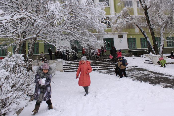 Школьники играют в снежки. Фото: Ирина Рудская/Великая Эпоха (The Epoch Times)