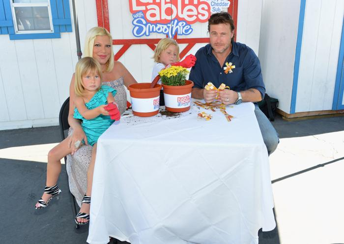Тори Спеллинг с семьей в клубе Lunchables в Калифорнии. Фоторепортаж. Фото: Alberto E. Rodriguez/Getty Images