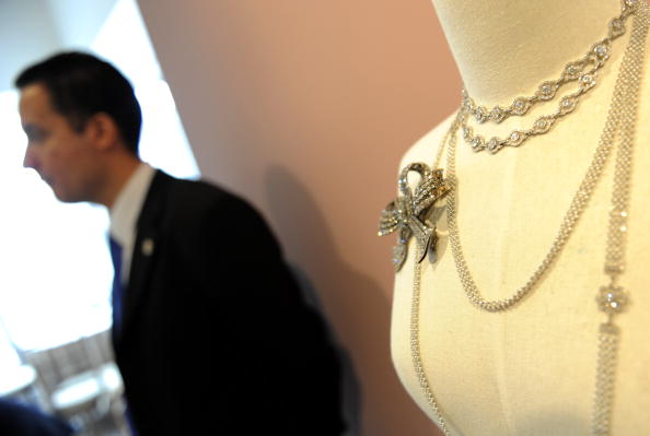 Продажа великолепных драгоценностей от Sotheby's  проходила в Нью-Йорке 20 апреля 2010 года. Фото: TIMOTHY A. CLARY/AFP/Getty Images