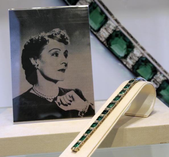 Изумрудно-алмазный браслет от Tiffany & CO. приблизительно 1925 года на  продаже великолепных драгоценностей в Нью-Йорке 20 апреля 2010 года.  Фото: TIMOTHY A. CLARY/AFP/Getty Images