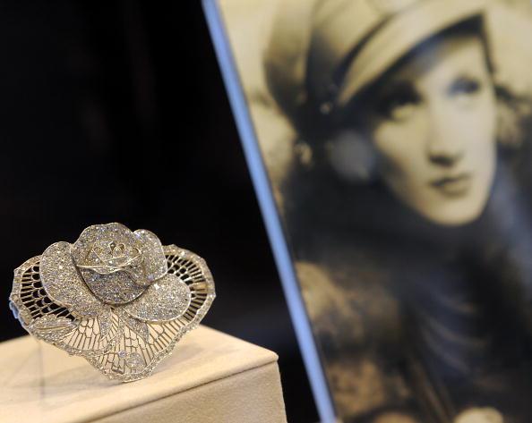 Платиново-алмазная роза из коллекции от Marlene Dietrich April приблизительно 1930 года на продаже великолепных драгоценностей в Нью-Йорке 20 апреля 2010 года. Фото: TIMOTHY A. CLARY/AFP/Getty Images