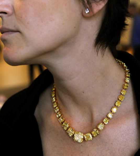 Яркое желтое бриллиантовое  ожерелье 100.17 карата на  продаже великолепных драгоценностей в Нью-Йорке 20 апреля 2010 года. Фото: TIMOTHY A. CLARY/AFP/Getty Images