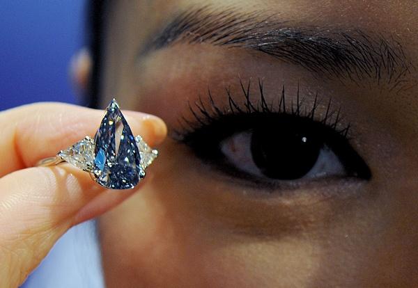 Голубой бриллиант «Миллениум», оцененный 6-8 миллионов долларов, был выставлен напродаже великолепных драгоценностей в Гонконге 7 апреля 2010 года. Фото: MIKE CLARKE/AFP/Getty Images