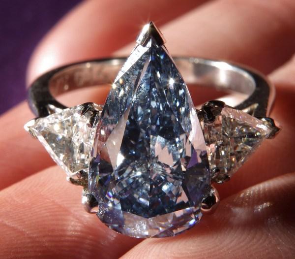 Яркое синее бриллиантовое кольцо 5.16-каратов, стоимостью 3-4 миллиона долларов на продаже великолепных драгоценностей в Гонконге 7 апреля 2010 года. Фото: Peter Macdiarmid/Getty Images