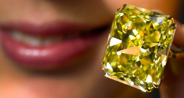 Желтый бриллиант, установленный на золотом кольце, весом 74.80 карата был выставлен на продаже великолепных драгоценностей в Женеве в ноябре 2009 года. Фото: FABRICE COFFRINI/AFP/Getty Images