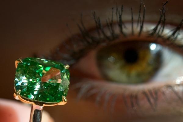 Яркий зеленый алмаз яркий зеленый алмаз был выставлен на продаже великолепных драгоценностей в Женеве в ноябре 2009 года. Фото: FABRICE COFFRINI/AFP/Getty Images