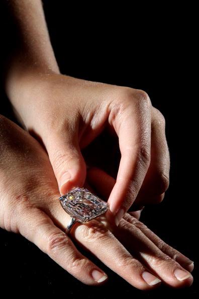 Редкое 52.82-каратовое кольцо с белым бриллиантом стоимостью 7 миллионов долларов будет выставлено на продаже великолепных драгоценностей в Женеве 11 мая. Фото: Dan Kitwood/Getty Images