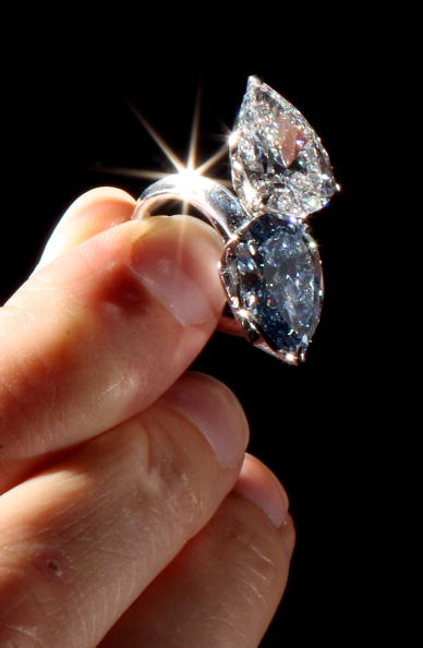 Кольцо с голубым бриллиантом  5.02 карата на продаже великолепных драгоценностей  в Женеве будет выставлен за  4 - 7 миллионов долларов. Фото: Dan Kitwood/Getty Images