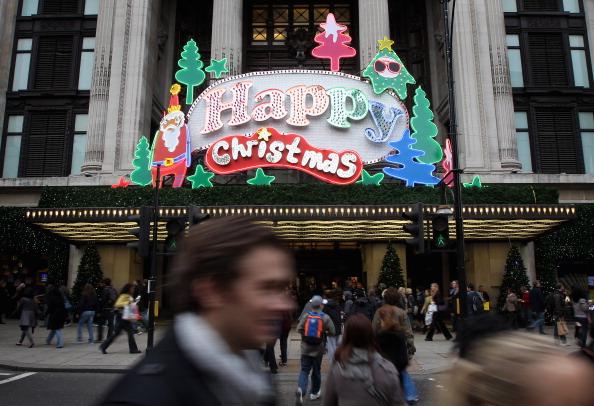 Рождественские витрины Лондона привлекают покупателей. Фото: Chris Jackson/Getty Images
