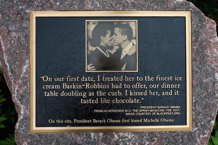 Первый поцелуй Барака и Мишель Обама запечатлён на памятном фото в Чикаго.  Фоторепортаж.  Фото: Scott Olson/Getty Images