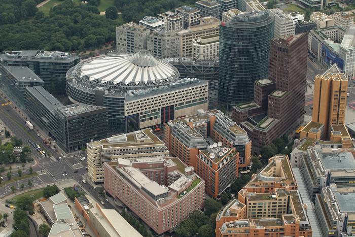 Берлин – столица Германии и крупный туристический центр. Комплекс зданий, включающий Sony Center (с чёрной крышей) и центральное здание управления немецких железных дорог (справа, зеленого цвета), находится на Потсдамской площади. Фоторепортаж. Фото: Sean Gallup / Getty Images Берлин