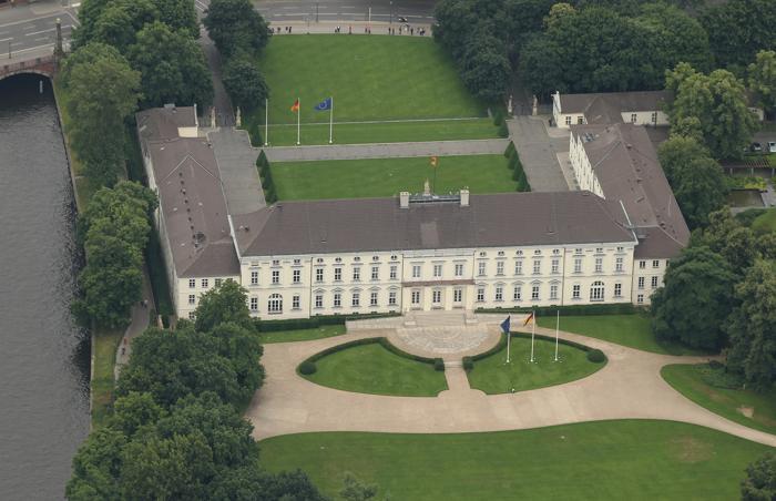 Берлин – столица Германии и крупный туристический центр. Schloss Bellevue – дворец, резиденция президента Германии, стоит на берегу   реки Шпрее в Берлине. Фоторепортаж. Фото: Sean Gallup / Getty Images Берлин