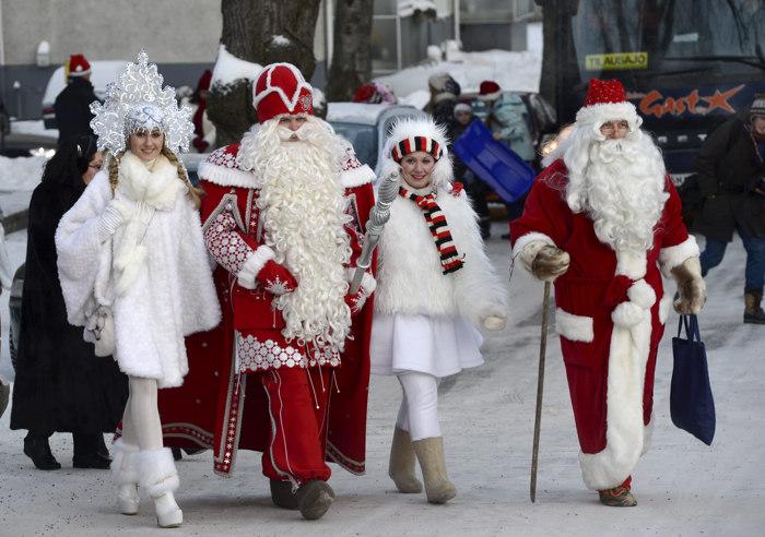 Встреча Деда Мороза и Санта-Клауса на границе с Финляндией в Лаппеенранте. Фоторепортаж. Фото: HEIKKI SAUKKOMAA/AFP/Getty Images