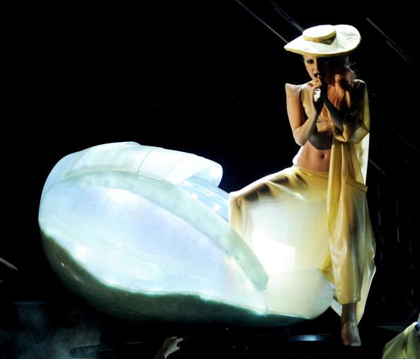 Grammy-2011. Церемония вручения наград. Леди Гага появилась на сцене в яйце. Фоторепортаж. Фото: John Shearer/Kevin Winter/MARK RALSTON/ROBYN BECK/AFP/Getty Images