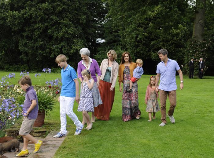 Королевская семья Дании на прогулке в летней резиденции в Grasten Slot. Фоторепортаж. Фото: Alexander Koerner/Getty Images