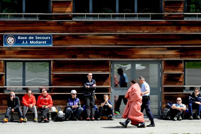 На месте схода лавины на горе Моди в Альпах. Фоторепортаж. Фото: JEAN-PIERRE CLATOT/AFP/GettyImages