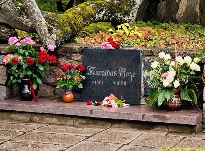В парке замка находится могила, на чёрной мраморной плите которой  написано: «Роза Турайды  -  (1601-1620)». Здесь всегда лежат живые цветы. Фото: ospo.ru
