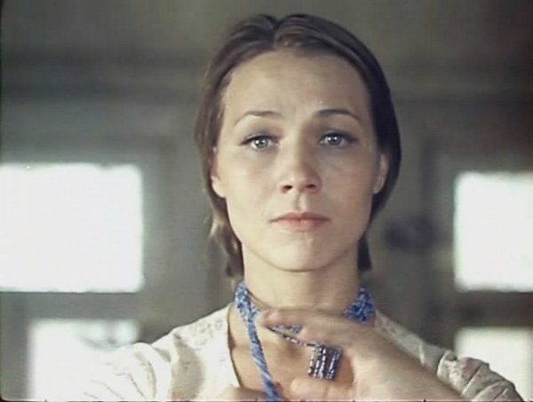 Нина Русланова в фильме «Не стреляйте в белых лебедей». Фото с сайта fenixclub.com
