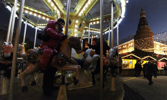 Новогодняя Москва. Фоторепортаж. Фото: YURI KADOBNOV,  ANDREY SMIRNOV/AFP/Getty Images