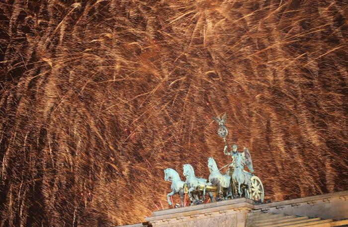 Новогодний салют  в Германии. Фото:  Sean Gallup, PATRIK STOLLARZ/AFP/Getty Images