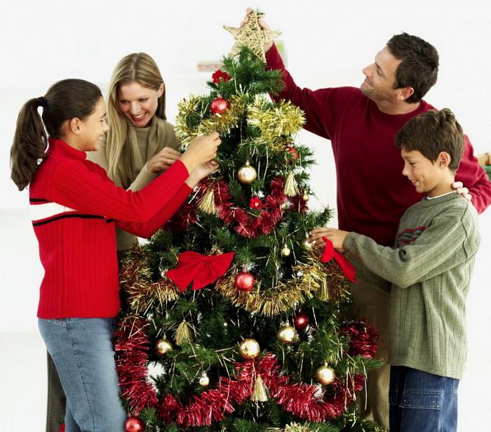 Все вместе займитесь украшением дома и новогодней елки. Фото: George Doyle/Photos.com