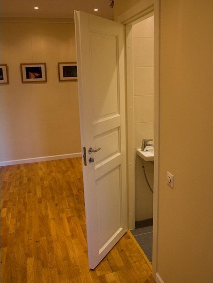 Установка туалетной двери